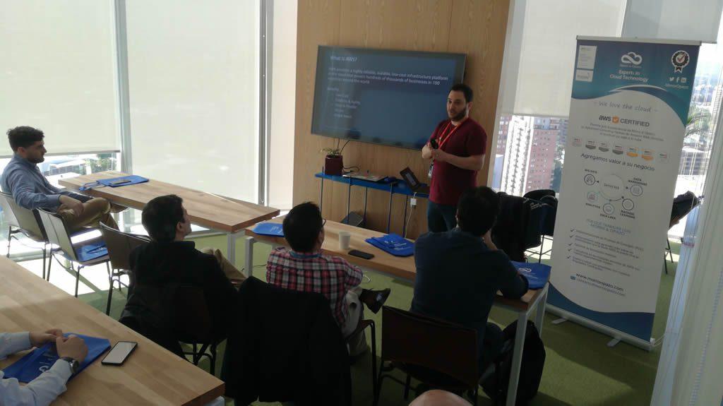 Jesús Federico, Solutions Architect de AWS Chile, explicando a la audiencia los conceptos básicos de la Nube de AWS.