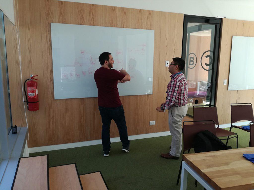 Una de las potencialidades de los Workshop de AWS y Morris & Opazo: Resolver dudas e inquietudes de manera personalizada (derecha = Jesús Federico, Solutions Architect de AWS Chile; izquierda = Luis Contreras, Jefe de Tecnología de CGE).